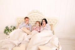 De familie gekregen ziek, niezend, en ligt thuis in bed Royalty-vrije Stock Foto's