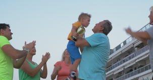 De familie is gelukkig voor weinig kampioen stock videobeelden