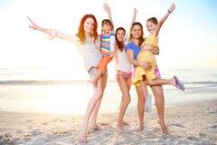 De familie geniet de zomer van dag bij het strand van Florida. Royalty-vrije Stock Afbeelding