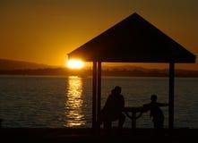 De familie geniet van mening bij zonsondergang stock foto