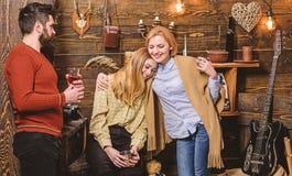 De familie geniet van vakantie in jachtopzienershuis Behaaglijkheidconcept De meisjes en de mens op gelukkige gezichten houden me royalty-vrije stock foto