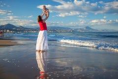 De familie heeft pret bij de kust Stock Afbeelding