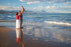 De familie heeft pret bij de kust Royalty-vrije Stock Afbeelding