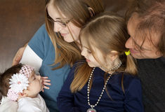 De familie heet een Nieuwe Baby welkom stock foto's