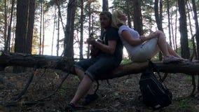 De familie in het hout die gitaar spelen stock video