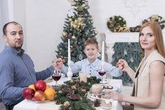 De familie houdt handen bij de lijst Stock Foto