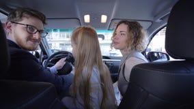 De familie kiest auto, is het vrolijke paar met leuk weinig dochter gelukkig om nieuw voertuig te kopen terwijl auto binnen onder stock videobeelden
