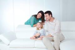 De familie kijkt gelukkig Stock Foto