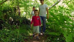 De familie komt uit een dik bos stock videobeelden