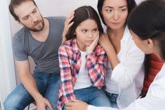 De familie kwam een tandarts in een medische kliniek zien Het meisje heeft een tandpijn Royalty-vrije Stock Fotografie