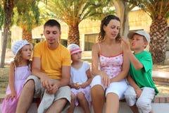 De familie luistert aan het verhaal de jongen royalty-vrije stock afbeeldingen