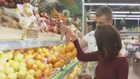 De familie maakt aankopen in de supermarkt Stock Afbeelding