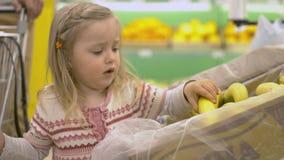 De familie maakt aankopen in de supermarkt royalty-vrije stock afbeelding