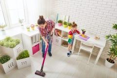 De familie maakt de ruimte schoon Stock Foto's