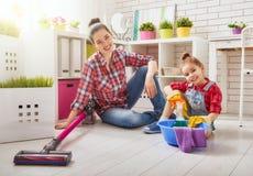 De familie maakt de ruimte schoon royalty-vrije stock afbeelding