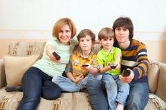 De familie met benchboards voor video Stock Afbeelding