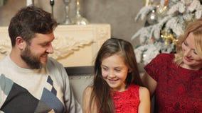 De familie met dochter werpt confettien in de lucht en slaat hun indient langzame motie stock video
