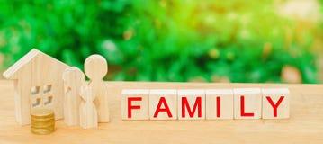 De familie met geld bevindt zich dichtbij hun huis concept het rijkdomleven en goed-begiftigd gelukkig inschrijvings` familie ` o royalty-vrije stock foto