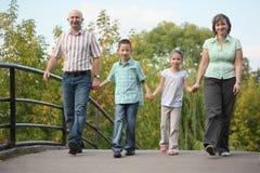 De familie met twee kinderen loopt op brug royalty-vrije stock foto's