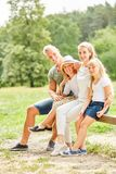 De familie neemt een onderbreking op een stijging royalty-vrije stock fotografie