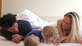 De familie onder dekbed onderzoekt stock footage
