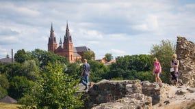 De familie onderzoekt Rezekne-kasteelruïnes Royalty-vrije Stock Foto's