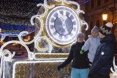 De familie ontmoet het nieuwe jaar Het nieuwe jaar van het horloge Royalty-vrije Stock Foto's