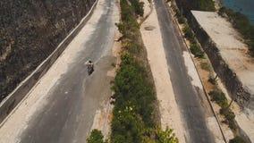 De familie op een motorfiets berijdt langs de weg stock video