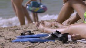 De familie rust op het strand stock video