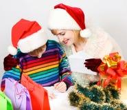 De familie schrijft brief aan de Kerstman stock foto