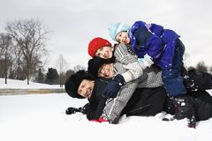De familie stapelde in sneeuw. stock foto