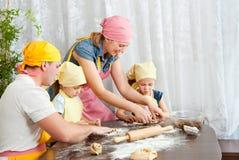 De familie treft voorbereidingen Stock Foto