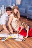 De familie trekt op een vloer stock fotografie