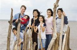 De familie van Biracial samen bij het strand in de zomer Stock Foto
