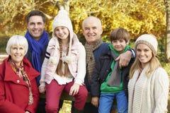 De Familie van de Multlgeneratie door Houten Omheining On Autumn Walk Royalty-vrije Stock Afbeeldingen