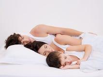 De familie van de slaap met de kleine zoon Stock Afbeeldingen