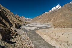 De familie van de Trangotoren, Lobsang-spits en rivier, K2 trek, Pakistan Stock Afbeelding