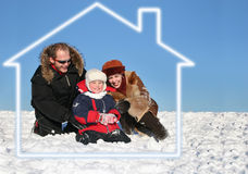 De familie van de winter zit in droomhuis stock afbeeldingen