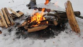 De familie van drie maakt barbecue op de grill bij groen gazon stock video