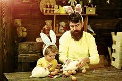 De familie van het konijn met konijntjesoren stock foto's