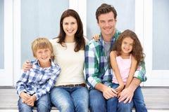 De familie van het portret in openlucht Stock Foto's