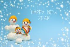 De familie van Kerstmissneeuwmannen Gelukkig Nieuwjaar Stock Foto's