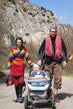De familie van klimmers op de aard Stock Fotografie