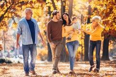 De familie van de Multlgeneratie in de herfstpark stock afbeeldingen