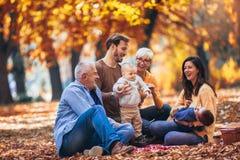 De familie van de Multlgeneratie in de herfstpark royalty-vrije stock afbeelding