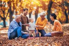 De familie van de Multlgeneratie in de herfstpark stock foto's