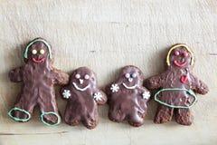 De familie van peperkoekkoekjes Met de hand gemaakt in huis Stock Foto
