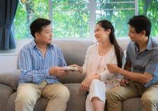 De familie van vrienden gaf geld om zijn vrienden in economische ontbering te helpen stock fotografie