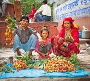 De familie verkoopt litchivruchten op een straatmarkt in Katmandu, Nepal Stock Fotografie