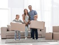 De familie verplaatst de dozen naar een nieuwe flat royalty-vrije stock foto